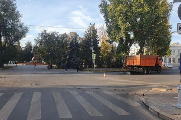 В Самаре девушка попала под КамАЗ | CityTraffic