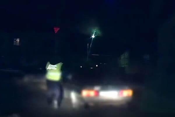 В Самарской области гаишник догнал машину нарушителя ногами: видео | CityTraffic