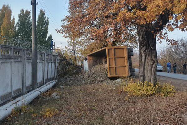 В Самаре опрокинулся грузовик | CityTraffic