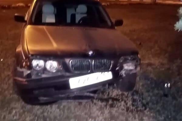 В Тольятти пьяный водитель без прав на БМВ, уходя от полиции, врезался в бордюр и вылетел на газон | CityTraffic