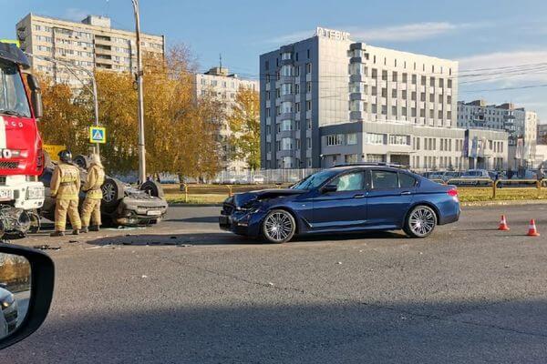 В Тольятти одна БМВ опрокинула вторую на крышу: видео | CityTraffic