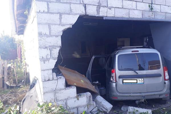 В Тольятти «Ларгус» протаранил стену гаража после столкновения с «Калиной» | CityTraffic