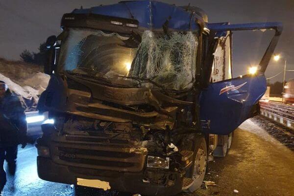 Водитель грузовика попал в больницу, врезавшись в другой грузовик на трассе М-5 в Тольятти | CityTraffic
