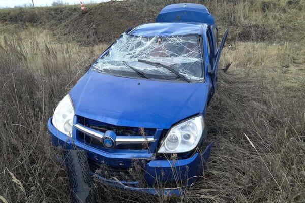 Geeli врезалась в дорожный знак и опрокинулась на трассе в Самарской области | CityTraffic