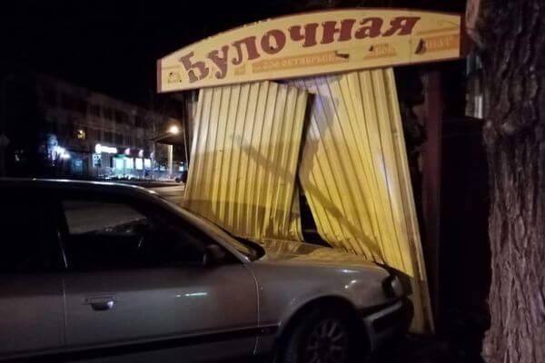 """Житель Сызрани въехал на """"Ауди"""" в булочную   CityTraffic"""