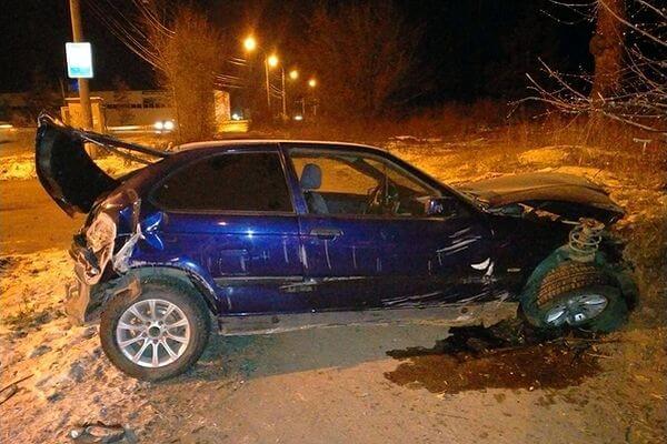 Два человека пострадали, врезавшись на БМВ в земляной вал в зеленой зоне Тольятти   CityTraffic