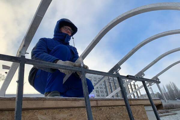 На склоне площади Славы в Самаре монтируют светящийся ледяной дворец   CityTraffic
