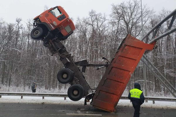В Самаре водителя эвакуировали из грузовика с помощью пожарной лестницы   CityTraffic