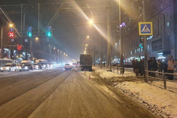 В Самаре грузовик сбил молодую женщину на переходе | CityTraffic