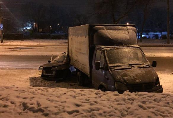 В Самаре начинающий водитель врезался в припаркованную ГАЗель и попал в больницу | CityTraffic