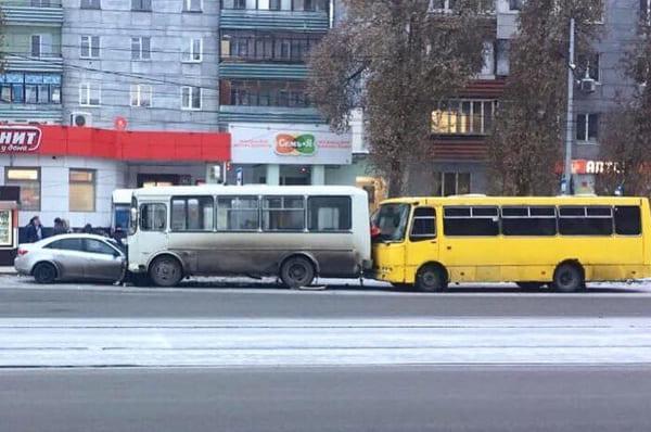В Самаре легковушка влетела в ПАЗ, который столкнулся с другим автобусом | CityTraffic