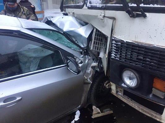 В Самаре легковушка влетела в ПАЗ, который столкнулся с другим автобусом   CityTraffic