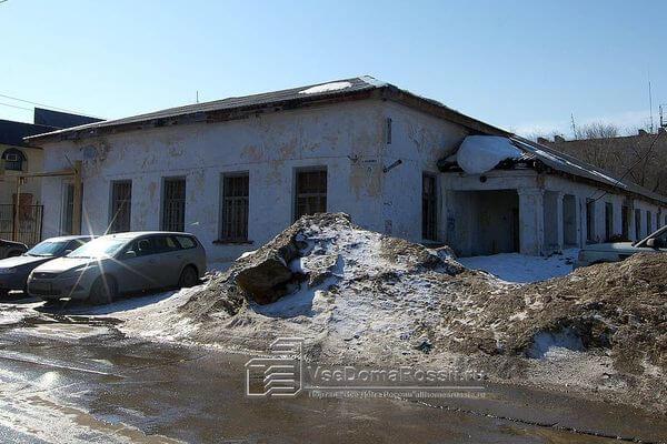 В Тольятти 20 человек тушили мусор у заброшенного здания на улице Калинина | CityTraffic