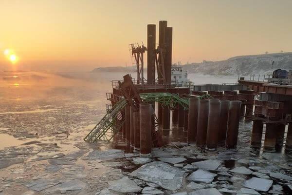 Два человека погибли в результате падения крана с моста через Волгу в Самарской области | CityTraffic