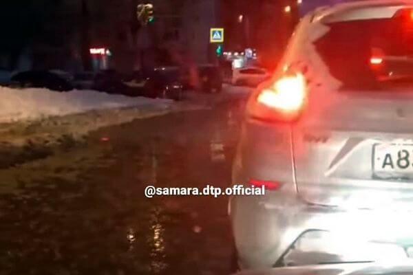 В Самаре устраняют коммунальную аварию на водоводе | CityTraffic