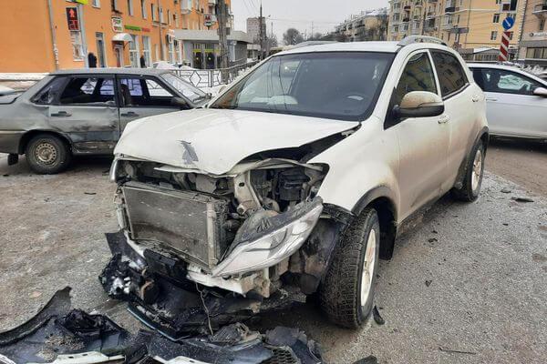 В Самаре ВАЗ врезался в китайский внедорожник, пострадала пассажирка | CityTraffic