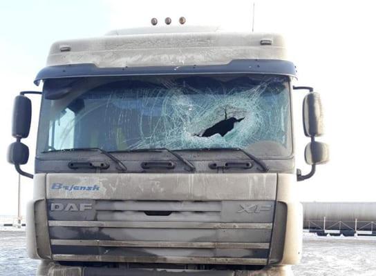 На трассе М-5 в Самарской области кусок льда пробил лобовое стекло фуры | CityTraffic