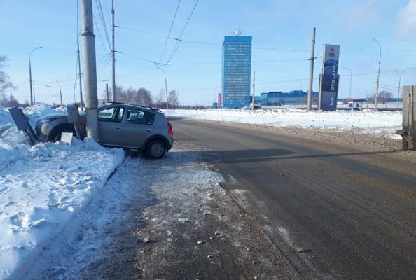 В Тольятти 63-летняя женщина на «Рено» врезалась в столб | CityTraffic