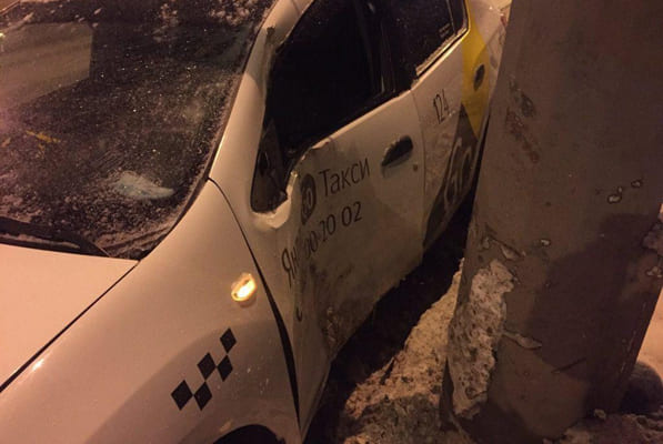 В Самаре помощь медиков потребовалась пассажирке автомобиля такси, который врезался в столб | CityTraffic