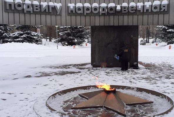 В Тольятти нашли подростков, которые забросали снегом Вечный огонь в парке Победы | CityTraffic