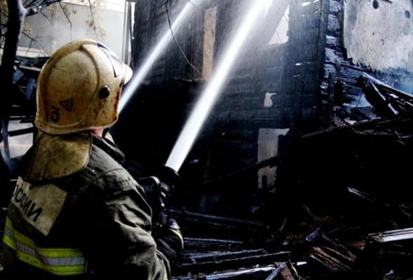 В коттеджном поселке Самары сгорел строящийся срубовый дом | CityTraffic