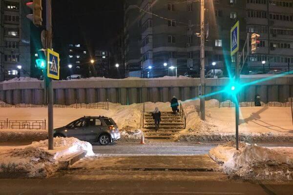 В Самаре сбили пенсионерку, которая шла через дорогу на красный свет | CityTraffic