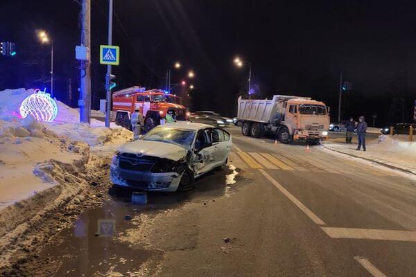 В Самаре погиб водитель иномарки, в которую врезался встречный КАМАЗ | CityTraffic