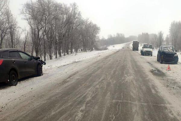Три человека получили травмы в столкновении двух легковушек и грузовика в Самарской области | CityTraffic