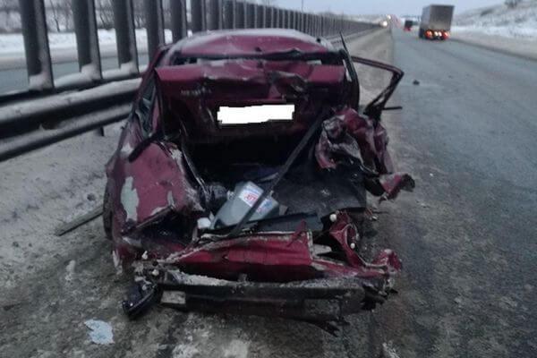На трассе М-5 в Самарской области грузовик отправил легковушку в ограждение | CityTraffic