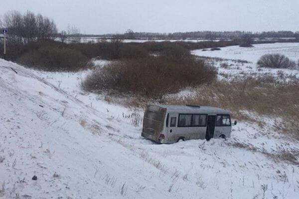 В Самарской области легковушка вышвырнула автобус с трассы | CityTraffic