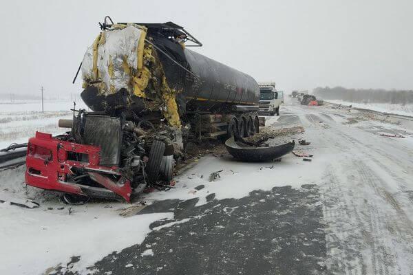 На трассе М-5 в Самарской области столкнулись два грузовика с цистернами, погиб водитель одного из них | CityTraffic