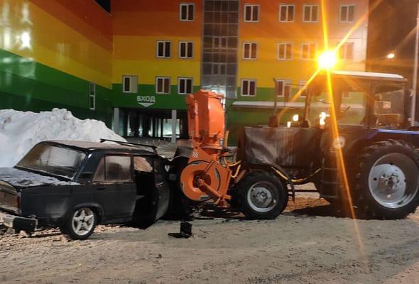 В Самаре вазовская легковушка врезалась в трактор | CityTraffic
