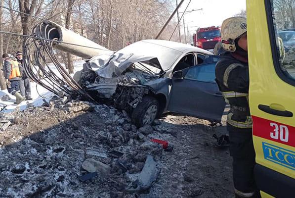 В Тольятти иномарка протаранила световую опору: видео | CityTraffic