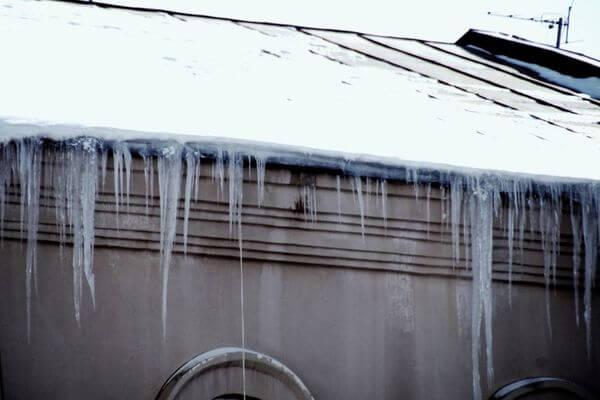 Два жителя Самары попали в больницу за один день, став жертвами льда с крыш домов | CityTraffic