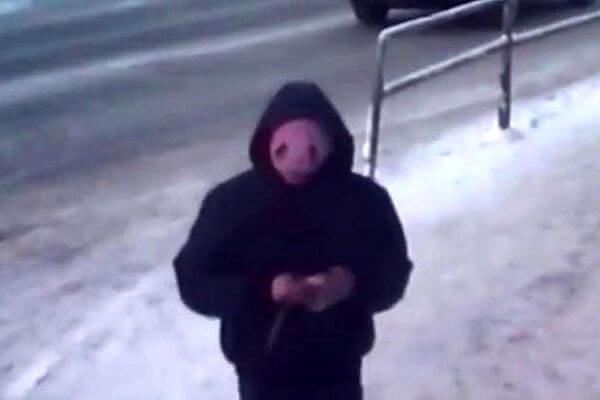 Житель Самары в балаклаве из розовой женской шапки напал с ножом на продавца табачного киоска | CityTraffic