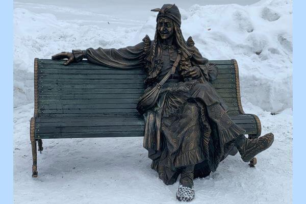 В Самаре на скамейку в парке посадили Бабу-Ягу | CityTraffic