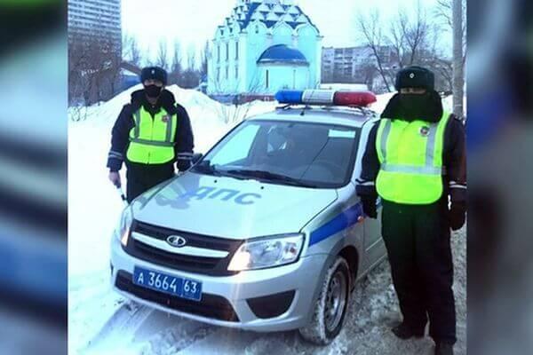 Полицейские Самары помогли девушке добраться в роддом, где она через полчаса родила ребенка | CityTraffic