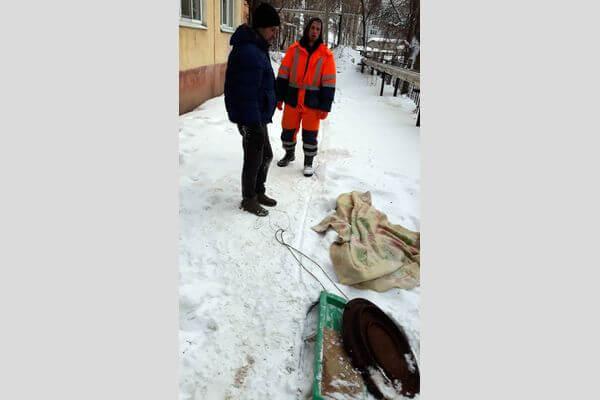 В Самаре воры пытались похитить крышку от люка, пока рабочие ремонтировали канализацию | CityTraffic