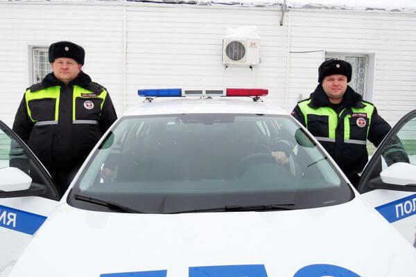 Полицейские вытащили застрявший в снегу грузовик жителя Тольятти | CityTraffic