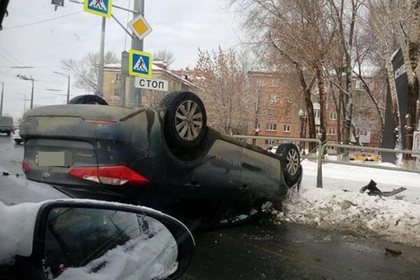 В Самаре перевернулась иномарка | CityTraffic