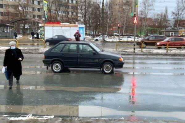 Пенсионерка из Тольятти переходила дорогу на красный свет и попала в больницу | CityTraffic