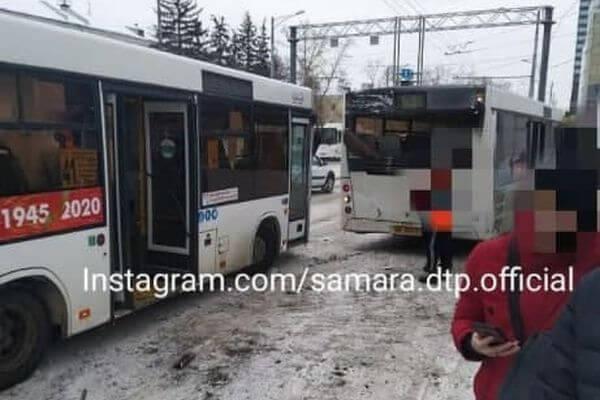 В Самаре на остановке столкнулись два пассажирских автобуса | CityTraffic