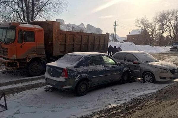 """В Самаре грузовик ударил """"Датсун"""", и тот отлетел в """"Рено""""   CityTraffic"""