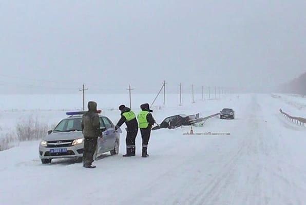 В Самарской области вазовская легковушка съехала вкювет, протаранив барьерное ограждение