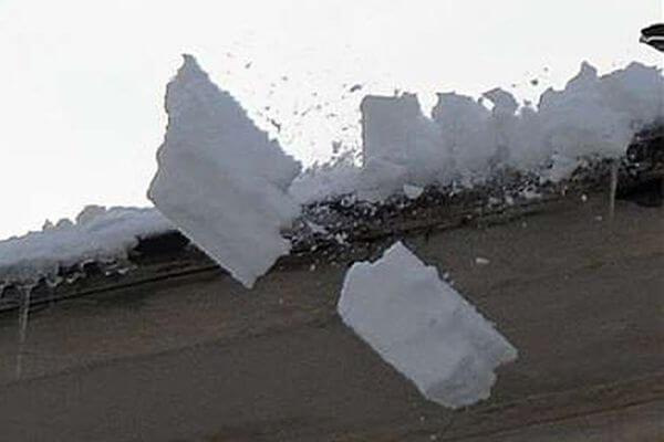 В Самарской области возбудили уголовное дело из-за падения снега на женщину | CityTraffic