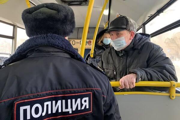 В Самаре доставили в полицию дебошира из-за того, что тот отказался надеть маску в автобусе | CityTraffic