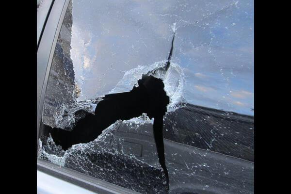 Житель Самары обиделся на соседку и разбил ее автомобиль палкой | CityTraffic