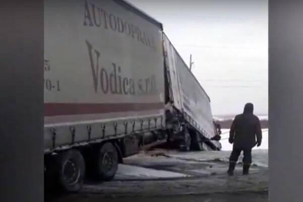 Автопоезд вылетел в кювет на трассе в Самарской области   CityTraffic