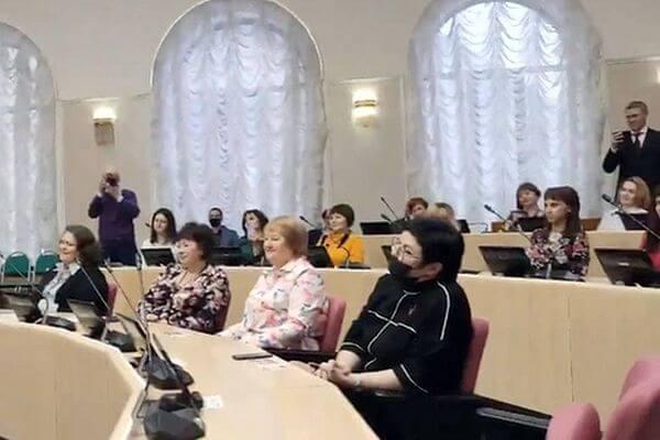 В Самаре депутат Войтенко спел и сыграл на баяне для женщин губернской думы накануне 8 Марта | CityTraffic