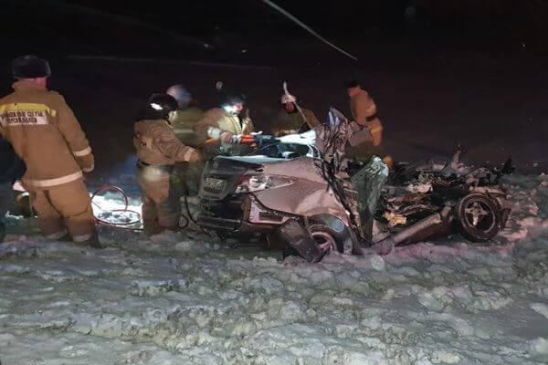 Двое взрослых и ребенок погибли в столкновении легковушки и грузовика в Самарской области   CityTraffic